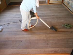 床掃除をする嫁
