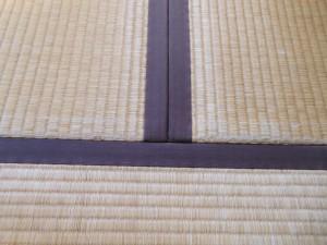 擦り切れた畳の角