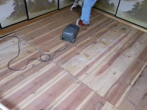 座敷の床板掃除