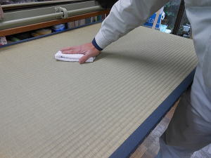 畳の製造 仕上げ乾拭き