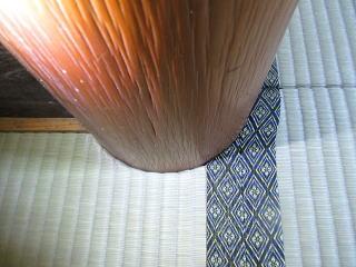 円形床柱を切り込んだ畳